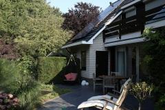terras-aangelegd-met-keramische-antraciet-tegels-stamrozen