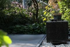 terras-aangelegd-met-keramische-tegels-grindvak-plantenbak