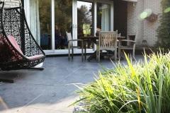 terras-gelegd-met-keramische-tegels-antraciet